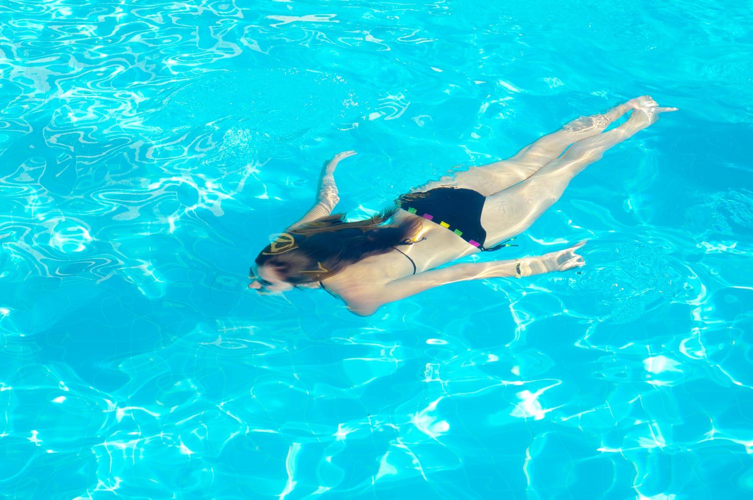 Девушка в воде фото сверху